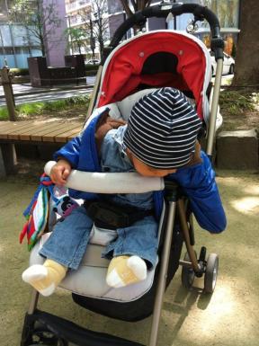 Eiji dengan stroller-nya.