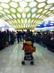 khas nya bandara Abu Dhabi adalah langit-langit biru berbentuk jamur.