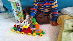 Eiji membuat kereta.