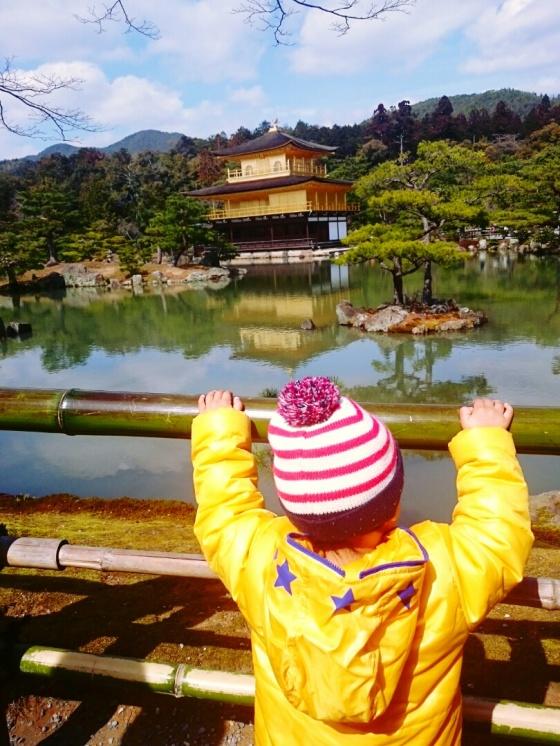 Eiji menikmati pemandangan.