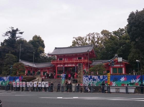 Yasaka shrine, posisinya tepat di pertigaan jalan utama menuju Gion. Kadang kala Maiko dan Geiko hadir di sana untuk menjamu turis dalam upacara minum teh.
