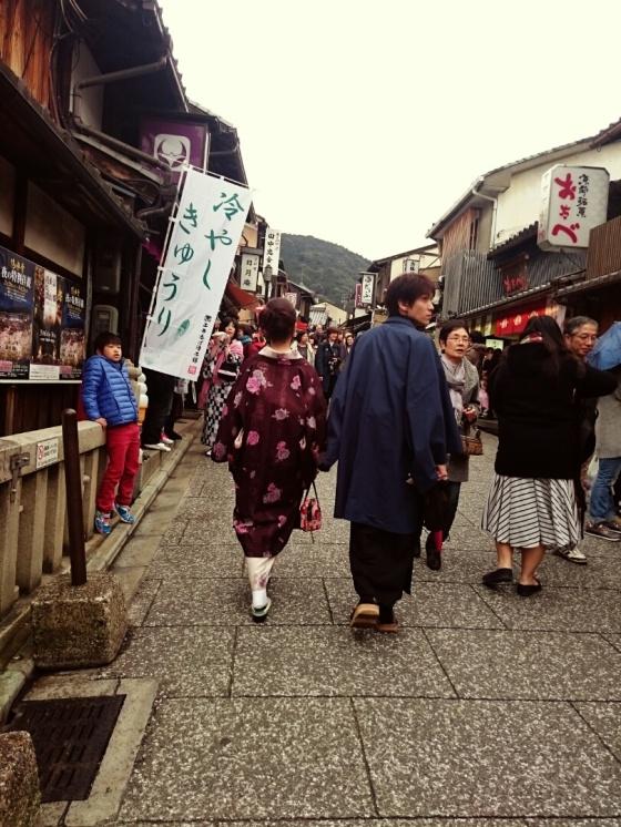 Jalanan menanjak menuju Kiyomizudera.