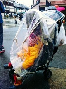Meski hujan, Eiji tetap menikmati jalan-jalan.