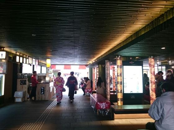 Di dalam stasiun arashiyama.