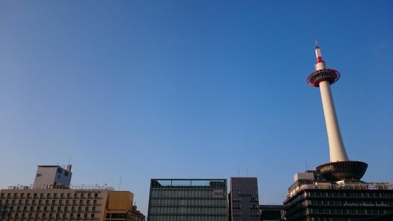 Inilah Kyoto Tower di langit yang cerah.