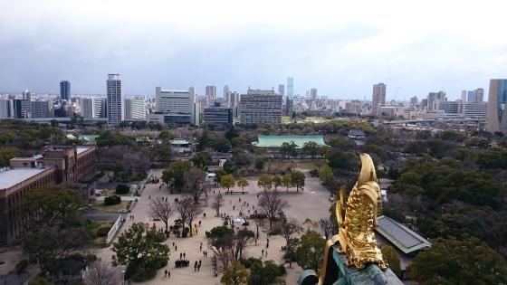 Naga emas menghadap ke kota Osaka.