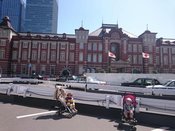 Dua batita di tengah pusat Tokyo.
