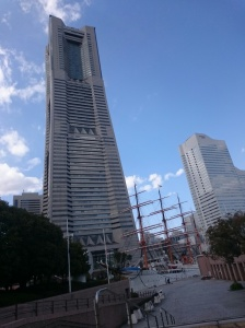 Berdampingan dengan Yokohama Tower.