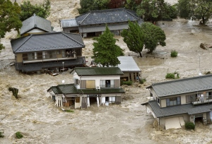 Sumber gambar dan berita: http://www.theatlantic.com/photo/2015/09/typhoon-etau-triggers-flooding-in-japan/404719/